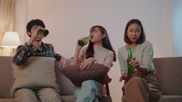 一緒にパーティーを祝うアジアの友人グループ - シャンペンフルート点の映像素材/bロール