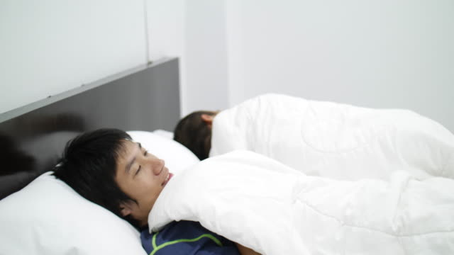 asian gay couple homosexual couple on bed - malattia a trasmissione sessuale video stock e b–roll
