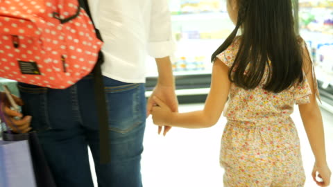 vídeos y material grabado en eventos de stock de chica y madre divirtiéndose en el centro comercial - gran almacén