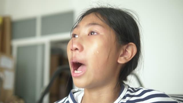 vidéos et rushes de fille asiatique pleurant après qu'elle ait combattu avec le frère encore, concept de mode de vie. - rupture