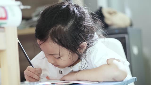 自宅で宿題をしているアジアの女の子、ライフスタイルのコンセプト。 - 試験点の映像素材/bロール