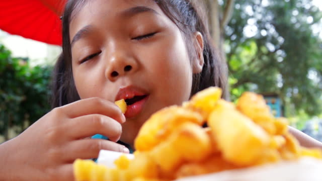 vidéos et rushes de asiat manger français fries, slow motion - langue humaine