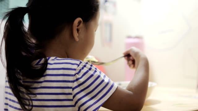vídeos y material grabado en eventos de stock de chica asiática comiendo fideos - niñas bebés