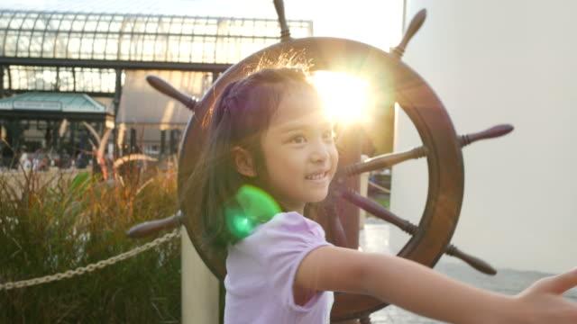 Asiatische Mädchen fühlen, Selbstwertgefühl und Freiheit mit Sonnenuntergang flare