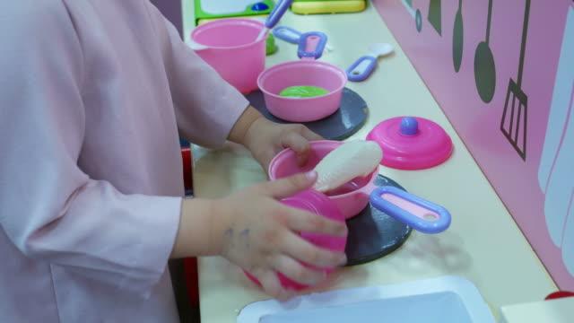 Chica jugando a cocinar