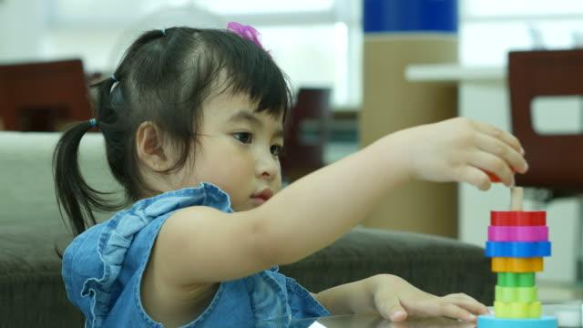 アジアの少女再生グッズ - 保育点の映像素材/bロール