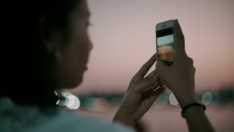 asiatisk tjej ta ett foto - app bildbanksvideor och videomaterial från bakom kulisserna