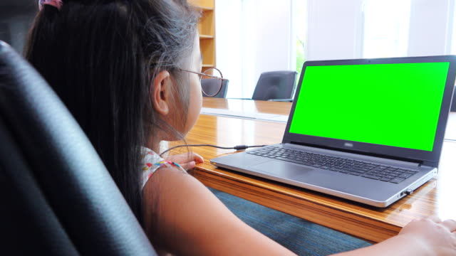 vidéos et rushes de 4k: asiat à l'aide d'ordinateur de bureau - seulement des bébés