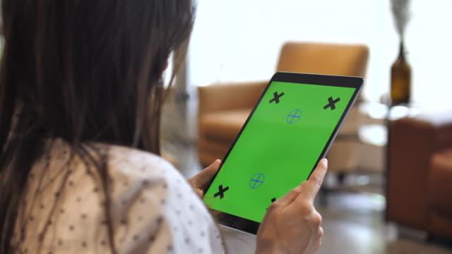 asiatin mit touch-pad-gerät - über die schulter stock-videos und b-roll-filmmaterial