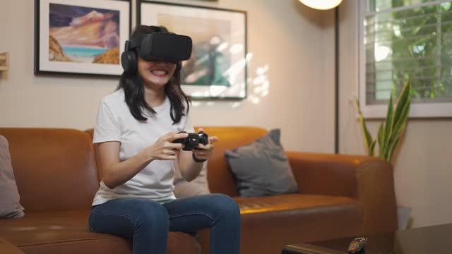 vídeos y material grabado en eventos de stock de asian girl wear vr glasses - sólo una adolescente