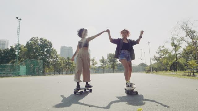 asiatische mädchen skateboarder üben im öffentlichen park. - freizeit stock-videos und b-roll-filmmaterial