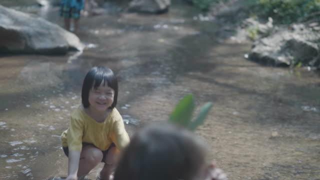 アジアの祖母と滝の子。 - 河川点の映像素材/bロール