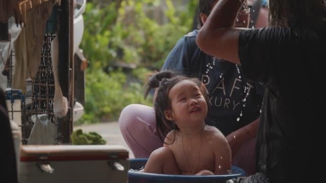 アジアのおじいちゃんと孫は、自宅で孫たちと楽しくシャワーを浴びた。 - 甥点の映像素材/bロール