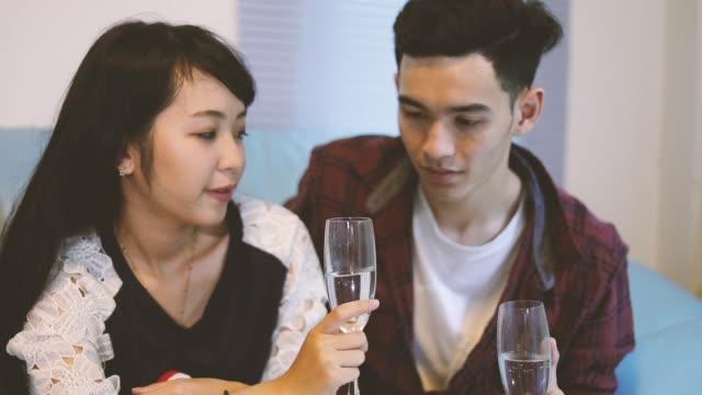 asiatische gruppe von freunden, die party mit alkoholfreies bier getränke und junge menschen in einer bar genießen cocktails toasten. - natürliches thermalbecken stock-videos und b-roll-filmmaterial