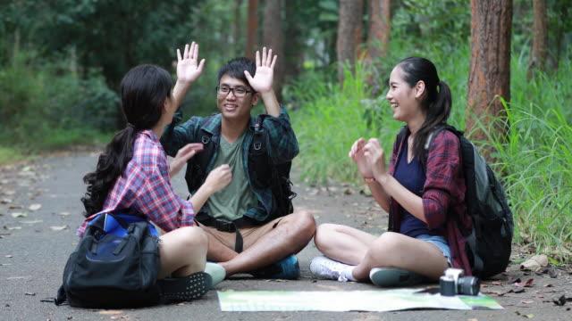 Aziatische groep jonge mensen wandelen met vrienden rugzakken samen wandelen en op zoek kaart en nemen foto camera door de weg en op zoek gelukkig, ontspannen tijd op vakantiereizen concept