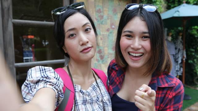 vídeos y material grabado en eventos de stock de grupo asiático de gente joven con amigos mochilas caminando juntos y felices amigos toman selfie, viaje en el tiempo de relax en concepto de vacaciones - hacer muecas
