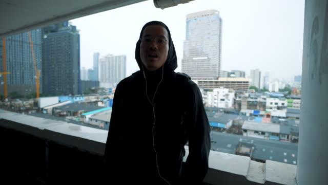 バンコクのビルビューで自分撮りビデオブログを撮るアジア人の男。 - 自画像点の映像素材/bロール