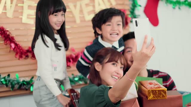 stockvideo's en b-roll-footage met aziatische gelukkige familieselfie en glimlach aan mobiel - cadeau