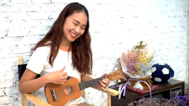 vídeos de stock, filmes e b-roll de mulheres asiáticas felizes, tocando violão com fundo branco - violão acústico