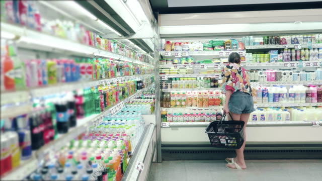 stockvideo's en b-roll-footage met aziatische hipster vrouw in supermarkt - shelf