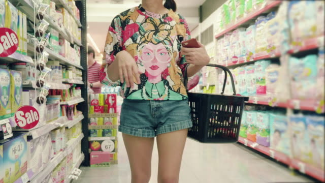 asian hipster woman in grocery store - scaffale video stock e b–roll