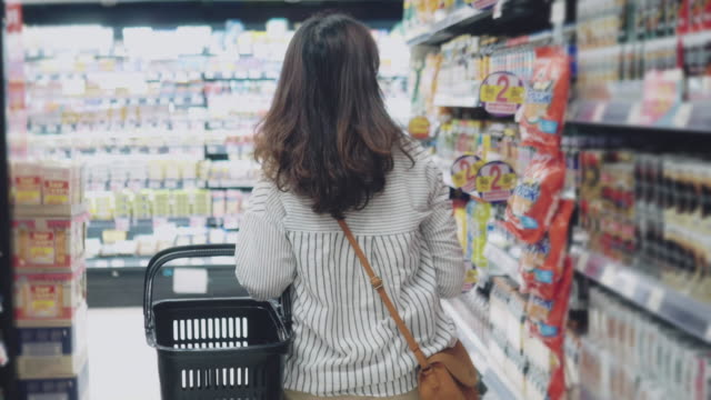 vídeos de stock e filmes b-roll de asian hipster woman in grocery store - vista traseira