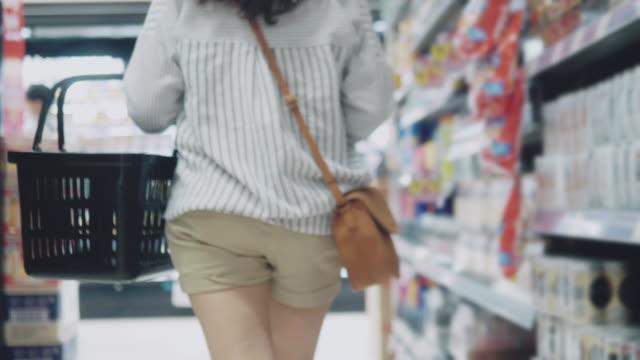 vídeos de stock, filmes e b-roll de mulher hipster asiática em mercearia - mercado espaço de venda no varejo
