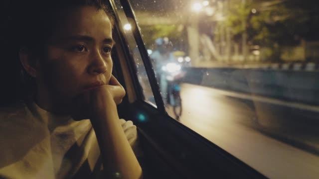 vídeos de stock e filmes b-roll de asian hipster woman on the back seat of a car - exaustão