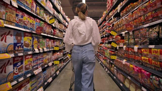 asiatische hoarder frau einkaufen im supermarkt - ware stock-videos und b-roll-filmmaterial