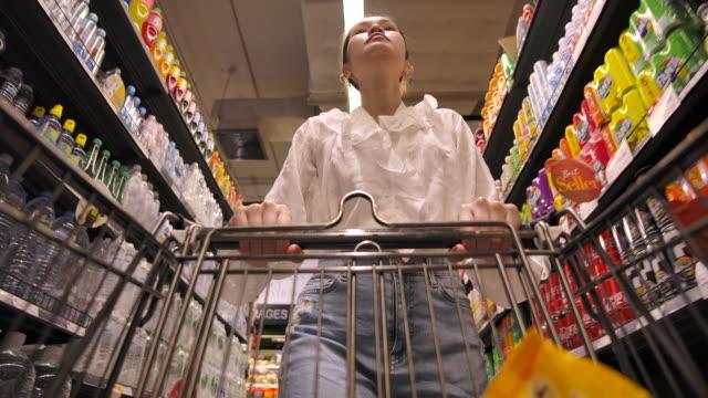 vídeos de stock, filmes e b-roll de mulher asiana hoarder compras em supermercado - pushing
