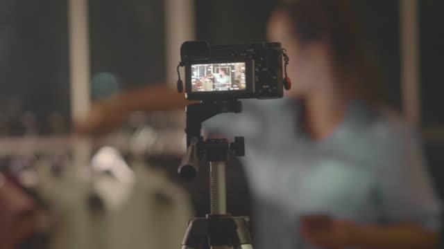 vídeos y material grabado en eventos de stock de influenciador asiático - entrevista grabación