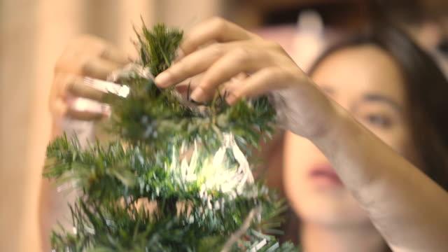 vidéos et rushes de mode de vie asiatique: décorer le sapin de noël - illumination