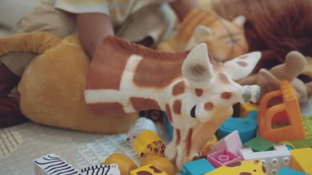 vídeos de stock e filmes b-roll de asian little child playing at home - fantoche