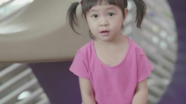 アジアの小さな女の子建物の木製のブロック - 2歳から3歳点の映像素材/bロール