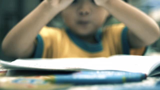 vídeos de stock e filmes b-roll de asian little girl coloring on the table - criança de escola primária