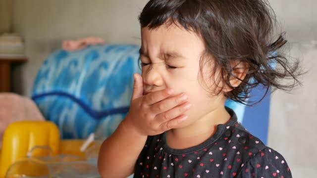 vídeos de stock e filmes b-roll de asian little girl coughing - asmático