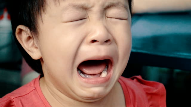 vídeos de stock e filmes b-roll de asian little girl cries really emotional - displeased