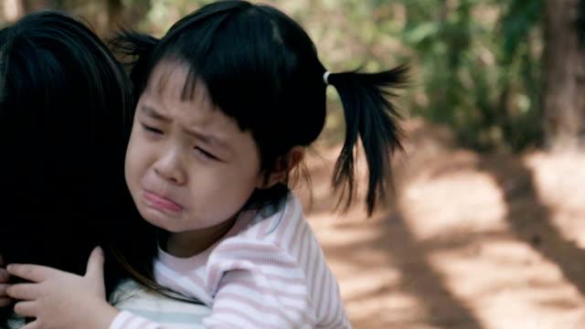 vídeos de stock, filmes e b-roll de asiáticos pequena garota chora muito emocional - 2 3 anos