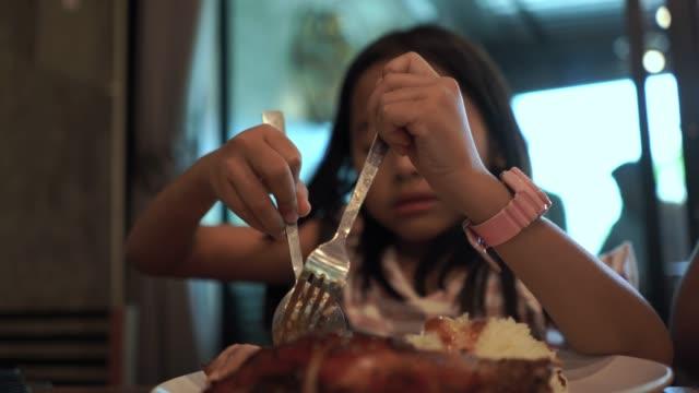 asisches kleines mädchen essen - nur mädchen stock-videos und b-roll-filmmaterial