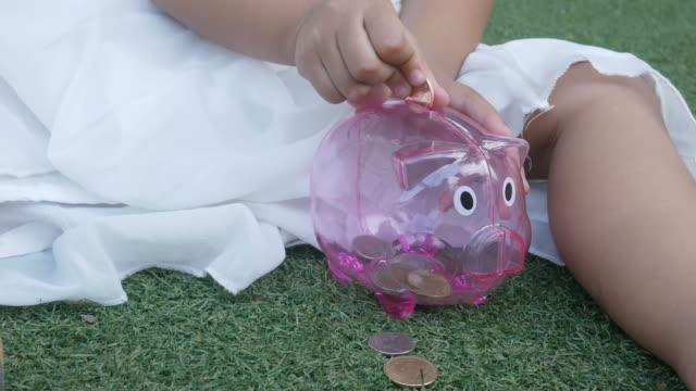 Asiatische Mädchen lernen, Geld zu sparen