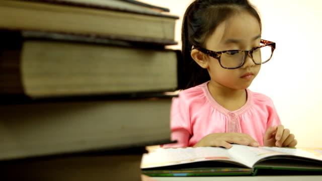 Asiatische Mädchen liest Ihr Buch