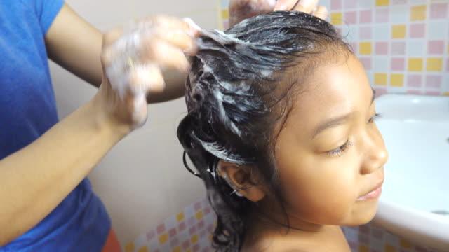4k: asiatische kleine mädchen duschen mit seife auf das haar - kinder beim duschen stock-videos und b-roll-filmmaterial