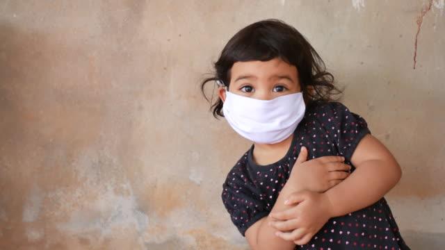 vídeos de stock, filmes e b-roll de menina asiática usando gripe e máscara de proteção contra vírus - máscara cirúrgica