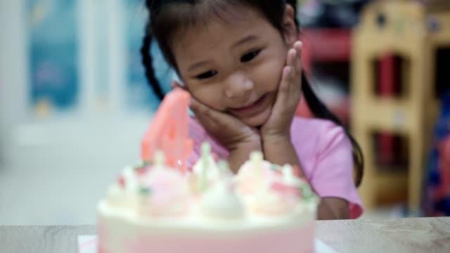 vídeos de stock, filmes e b-roll de menina asiática com seu bolo de aniversário - birthday