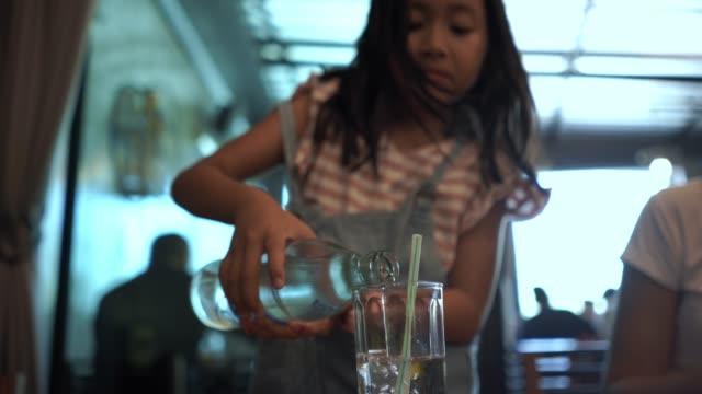 asiatischer kleine gießt wasser ins glas - nur mädchen stock-videos und b-roll-filmmaterial