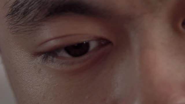 vídeos de stock, filmes e b-roll de olho marrom masculino asiático (close-up) - primeiríssimo plano