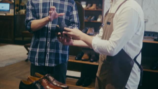 靴屋で靴を買うアジアの男性客(スローモーション) - 百貨店点の映像素材/bロール