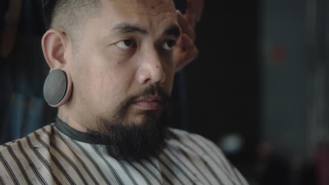 vídeos de stock, filmes e b-roll de homens asiáticos precisam mudar de visual. - barba