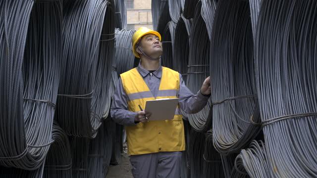vídeos de stock e filmes b-roll de asian male worker working in the steel trading market - 40 44 anos