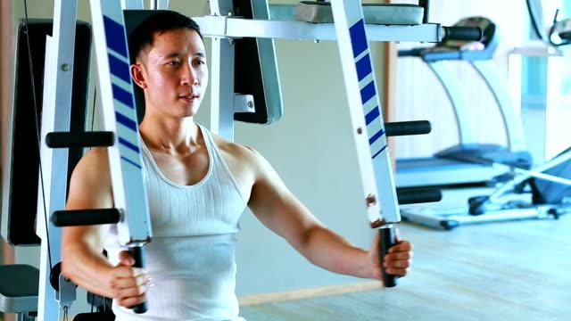 アジア男がジムの体重トレーニングで運動しよう - 筋肉質点の映像素材/bロール
